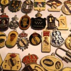 Coleccionismo deportivo: 44 PIEZAS COLECCIÓN LLAVEROS DEL REAL MADRID Y ESCUDO METÁLICO DEL REAL MADRID. VER DESCRIPCIÓN. Lote 248357130