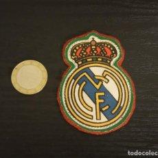 Coleccionismo deportivo: -ESCUDO ANTIGUO DE FUTBOL DE TELA : ESCUDO DEL REAL MADRID. Lote 250270965