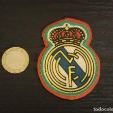 Coleccionismo deportivo: -ESCUDO ANTIGUO DE FUTBOL DE TELA : ESCUDO DEL REAL MADRID. Lote 250270995