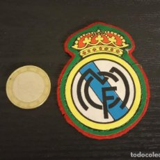 Coleccionismo deportivo: -ESCUDO ANTIGUO DE FUTBOL DE TELA : ESCUDO DEL REAL MADRID. Lote 250271010