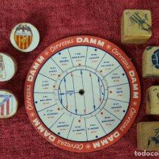 Coleccionismo deportivo: CALENDARIO DE FUTBOL DAMM. 4 DADOS Y 3 FICHAS DE FUTBOL. 1960/1961.. Lote 253223960