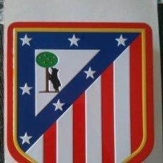 Coleccionismo deportivo: TIN BOX CAJA METÁLICA VACÍA METAL ESCUDO ATLÉTICO DE MADRID, MIDE 17,5 X 22 CM. Lote 255522900