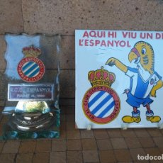 Collezionismo sportivo: ANTIGUA BALDOSA CERAMICA REAL CLUB ESPAÑOL + ESCUDO CON PEANA DE CRISTAL RCD ESPANYOL FUNDAT AL 1900. Lote 259720905