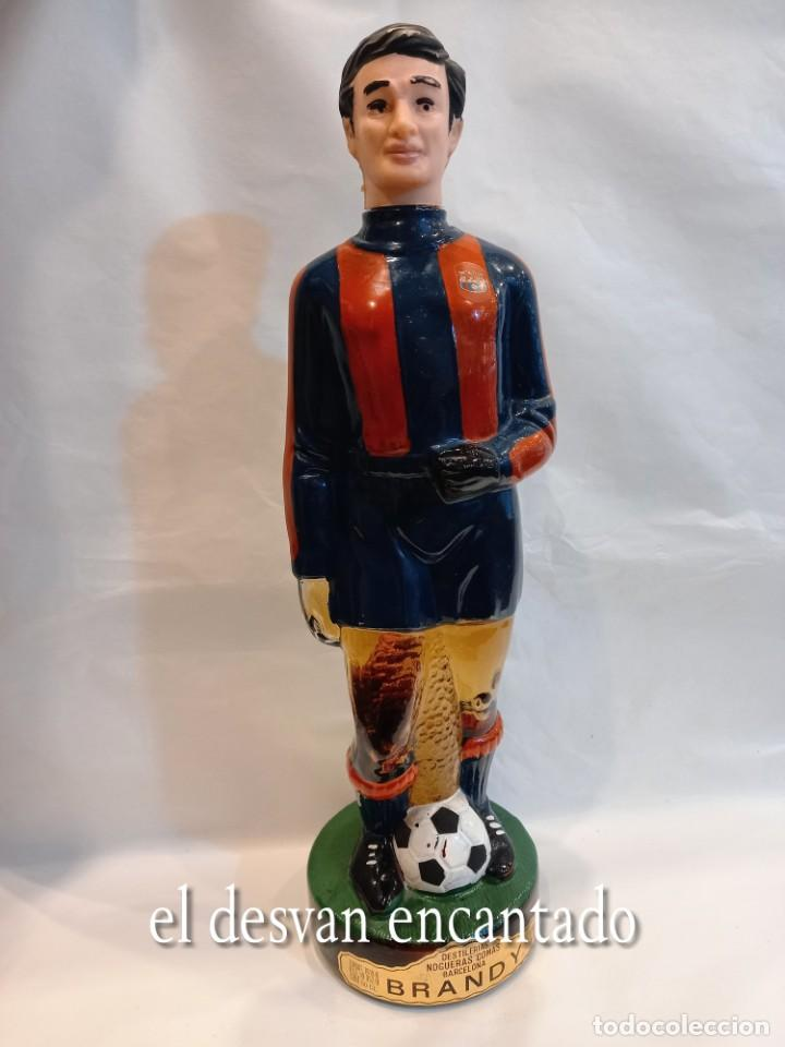 FC BARCELONA. BARÇA. ANTIGUA BOTELLA BRANDY EN FORMA DE JUGADOR SIN ABRIR (Coleccionismo Deportivo - Merchandising y Mascotas - Futbol)