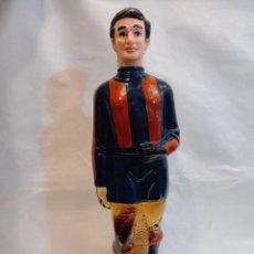 Coleccionismo deportivo: FC BARCELONA. BARÇA. ANTIGUA BOTELLA BRANDY EN FORMA DE JUGADOR SIN ABRIR. Lote 261595480