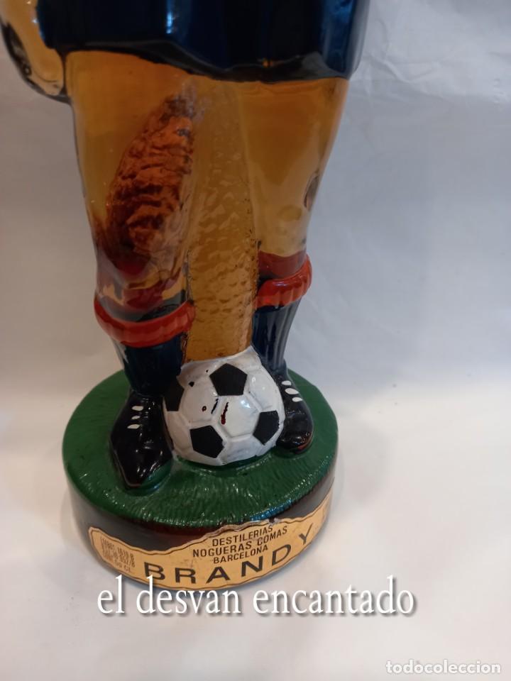 Coleccionismo deportivo: FC BARCELONA. Barça. Antigua botella BRANDY en forma de jugador Sin abrir - Foto 2 - 261595480