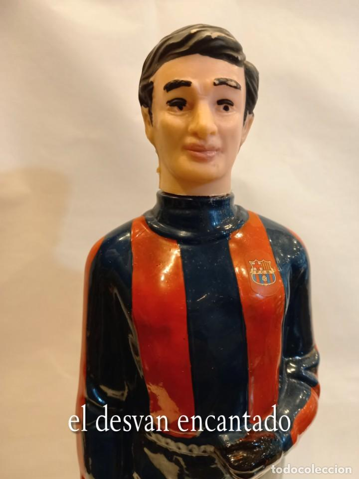 Coleccionismo deportivo: FC BARCELONA. Barça. Antigua botella BRANDY en forma de jugador Sin abrir - Foto 3 - 261595480