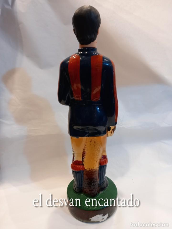 Coleccionismo deportivo: FC BARCELONA. Barça. Antigua botella BRANDY en forma de jugador Sin abrir - Foto 4 - 261595480