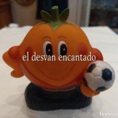 Coleccionismo deportivo: MUNDIAL ESPAÑA 82. NARANJITO DE GOMA CON SONIDO. PERFECTA CONSERVACION. 11 CTMS. ALTURA. Lote 265455504