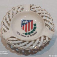 Coleccionismo deportivo: BONITO CENICERO ANTIGUO DE MANISES RIZADO DEL ATLÉTICO DE MADRID. Lote 266760648