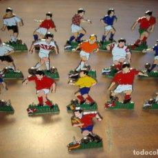 Coleccionismo deportivo: COLECCION DE LOS 16 JUGADORES DE FUTBOL CON SUS UNIFORMES DE SUS SELECCIONES EN LOS MUNDIALES. Lote 268154669