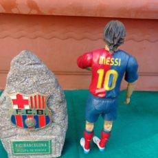 Coleccionismo deportivo: FÚTBOL F.C.BARCELONA MESSI Y MONOLITO CONMEMORATIVO. Lote 270370153