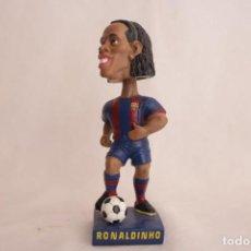 Coleccionismo deportivo: FIGURA DE RONALDINHO QUE MUEVE LA CABEZA. Lote 272981738
