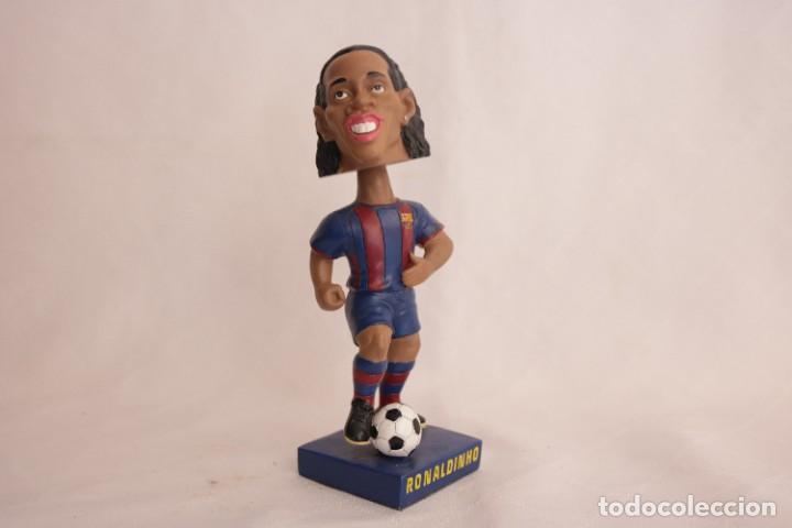 Coleccionismo deportivo: Figura de Ronaldinho que mueve la cabeza - Foto 2 - 272981738