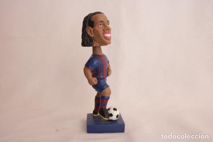 Coleccionismo deportivo: Figura de Ronaldinho que mueve la cabeza - Foto 3 - 272981738