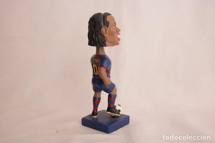 Coleccionismo deportivo: Figura de Ronaldinho que mueve la cabeza - Foto 4 - 272981738