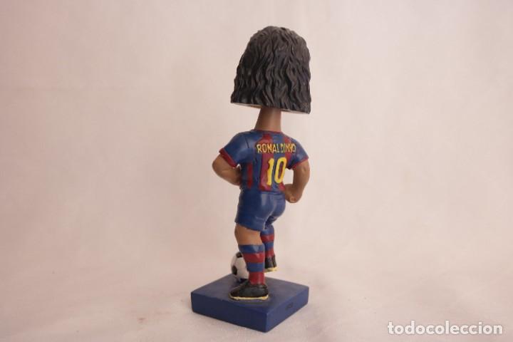 Coleccionismo deportivo: Figura de Ronaldinho que mueve la cabeza - Foto 6 - 272981738