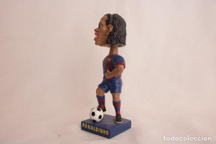 Coleccionismo deportivo: Figura de Ronaldinho que mueve la cabeza - Foto 8 - 272981738