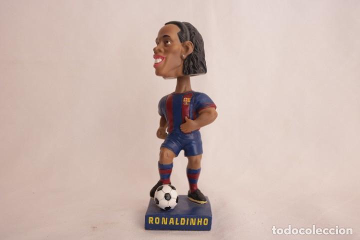 Coleccionismo deportivo: Figura de Ronaldinho que mueve la cabeza - Foto 9 - 272981738
