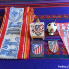 Coleccionismo deportivo: ATLÉTICO DE MADRID 2 ESCUDO, BANDERÍN TELA, BUFANDA, BALÓN BRANDY ROGINE, CABALLETE PORCELANA. RAROS. Lote 277592198