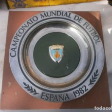 Coleccionismo deportivo: PLATO DE ALUMINIO MUNDIAL 82 ESCUDO DEL VALENCIA 27 CM. DIÁMETRO FONDO VERDE ALGO ROZADO, VER FOTOS.. Lote 290141633