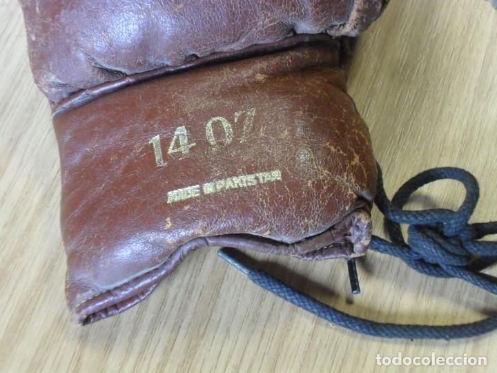 Coleccionismo deportivo: GUANTES BOXEO Y PROTECTOR CABEZA DE CUERO AÑOS 60? MARCA 14 OZ DE PAKISTÁN. - Foto 3 - 140668305