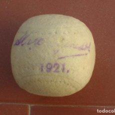 Coleccionismo deportivo: CURIOSA Y ANTIQUÍSIMA PELOTA DE TENIS-TENNIS BALL.FECHADA EN 1921.. Lote 92424080