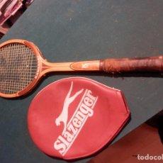 Coleccionismo deportivo: RAQUETA TENIS DE MADERA MARCA KAWASAKI STAMINA L4 Y UNA FUNDA SLAZENGER. Lote 92878360