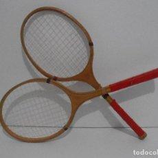 Coleccionismo deportivo: LOTE DE 2 RAQUETAS DE TENIS NIÑO EN MADERA , USADAS, AÑOS 60. Lote 119664167