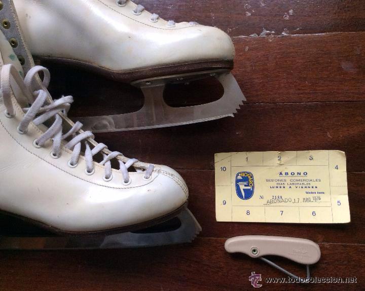Coleccionismo deportivo: PATINES SOBRE HIELO VINTAGE CON BOLSA DE GUISASOLA SPORT Y ABONO DE LA PISTA DE HIELO NOGARO BILBAO - Foto 4 - 51553356
