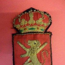 Coleccionismo deportivo: ESCUDO BORDADO ORIGINAL REAL FEDERACIÓN ESPAÑOLA DE HOCKEY. AÑOS 1950S. PROCEDE DE ANTIGUO JUGADOR. Lote 125219227