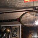 Coleccionismo deportivo: RAQUETA GIGANTE MARCA DONNAY - BJORN BORG , LA RAQUETA MIDE 150X48 CM. Lote 130315108