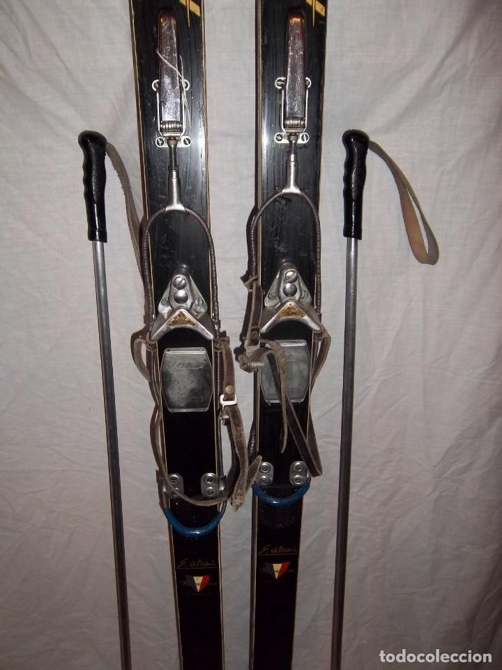 Coleccionismo deportivo: Preciosos esquís antiguos Rossignol Hickory Souplesse con sus bastones - Foto 3 - 109092652