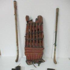 Coleccionismo deportivo: ANTIGUO EQUIPAJE HOCKEY HIERBA - 2 STICKS, PROTECTORES, GUANTES - MADERA Y PIEL - AÑOS 60-70. Lote 142186566