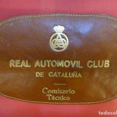 Coleccionismo deportivo: RACC CATALUÑA. BRAZAL COMISARIO TECNICO EN PIEL Y LETRAS DORADAS. BARCELONA AÑOS 1970S. Lote 146501322