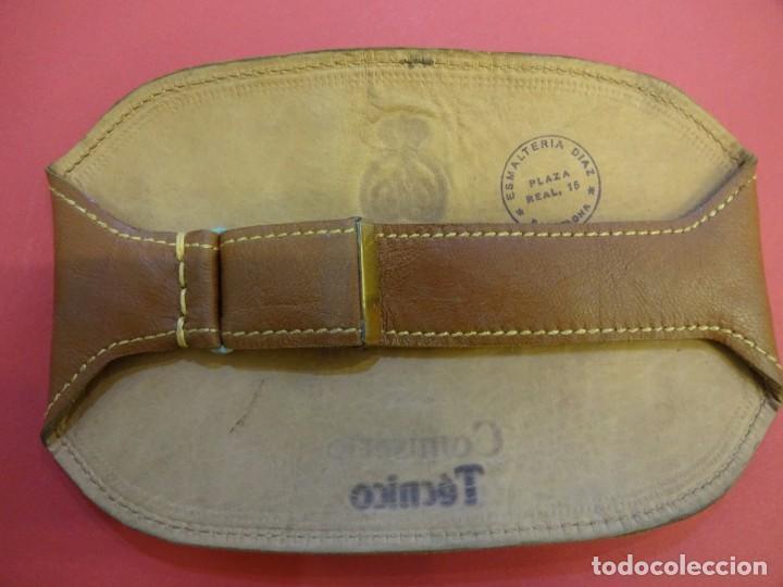 Coleccionismo deportivo: RACC Cataluña. Brazal COMISARIO TECNICO en piel y letras doradas. Barcelona años 1970s - Foto 2 - 146501322