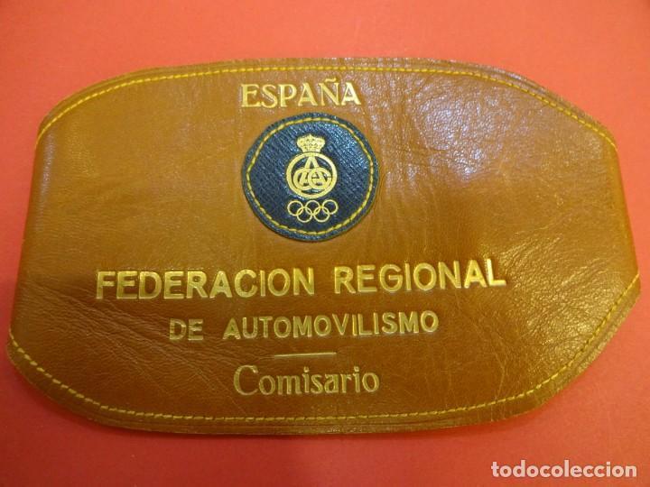 ANTIGUO BRAZAL EN PIEL COMISARIO. FEDERACIÓN REGIONAL DE AUTOMOVILISMO. ESPAÑA. RACC. AÑOS 1970S (Coleccionismo Deportivo - Material Deportivo - Otros deportes)