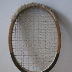 Coleccionismo deportivo: ANTIGUA RAQUETA DE TENIS ARGYLE, STUART SURRIDGE, MADE IN INDIA (MADERA, SEÑALES DE USO). Lote 170212190