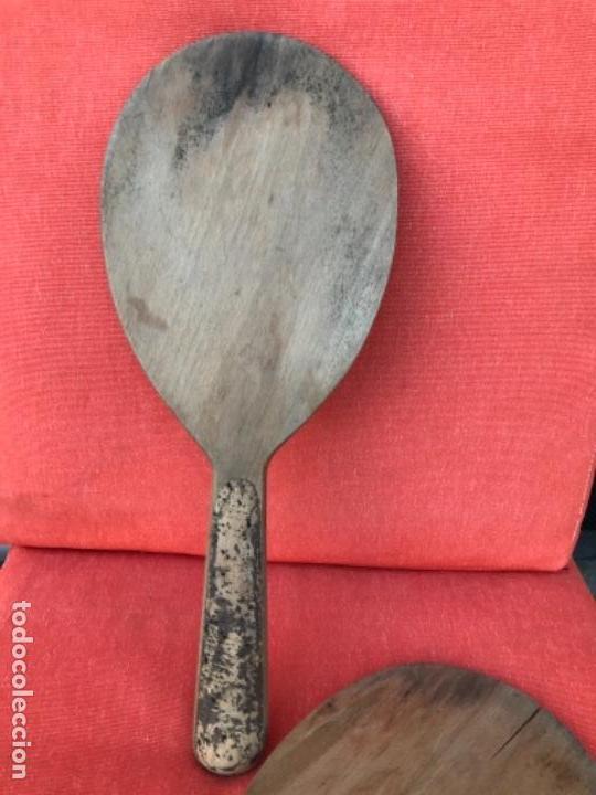 Coleccionismo deportivo: antiguas palas raquetas madera y corcho en mango años 30 mujer pala pelota juego - Foto 13 - 171465055