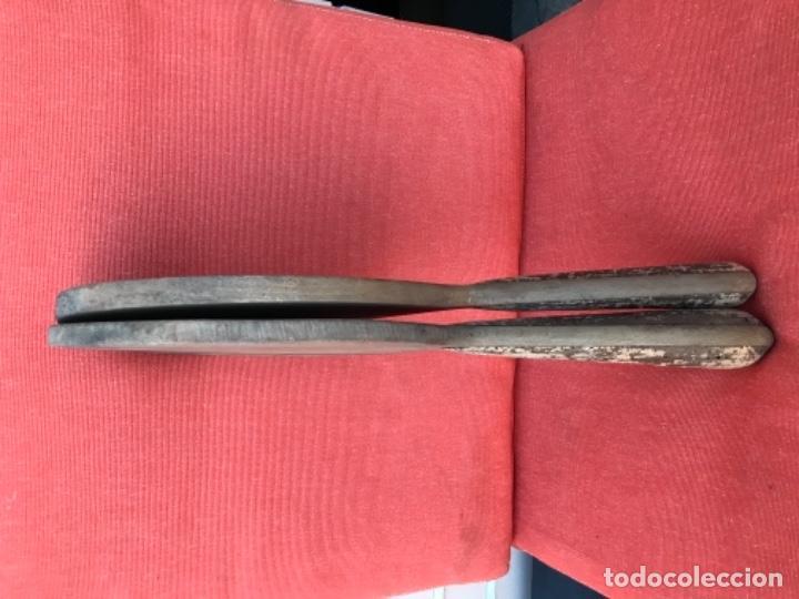 Coleccionismo deportivo: antiguas palas raquetas madera y corcho en mango años 30 mujer pala pelota juego - Foto 17 - 171465055