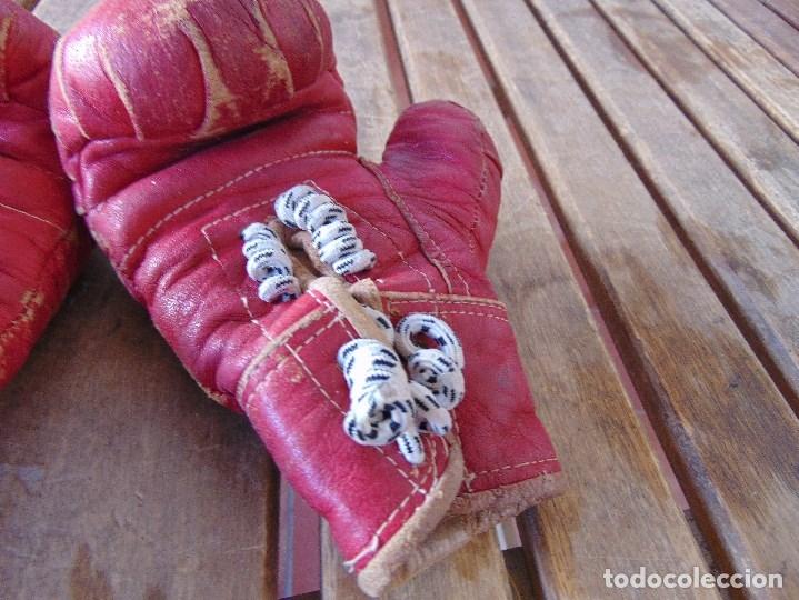 Coleccionismo deportivo: ANTIGUO GUANTES DE BOXEO DE NIÑO O MUJER COLOR ROJO , LA MANOPLA EXTENDIDA MIDE SOBRE 19 CM - Foto 6 - 172617058