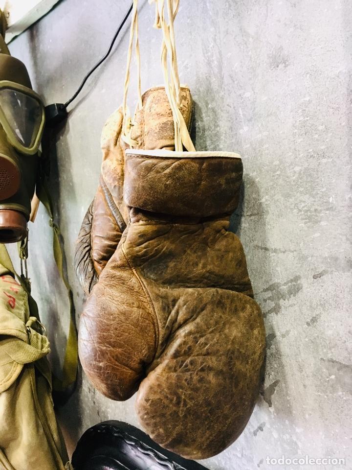 Coleccionismo deportivo: ANTIGUOS GUANTES DE BOXEO PROFESIONAL AÑOS 50 DECORACION VINTAGE DE PIEL O CUERO BOXING GLOVE - Foto 6 - 173970470