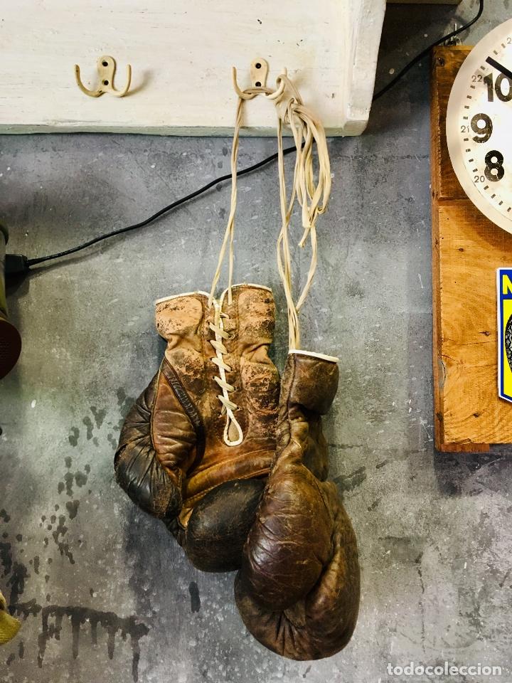 Coleccionismo deportivo: ANTIGUOS GUANTES DE BOXEO PROFESIONAL AÑOS 50 DECORACION VINTAGE DE PIEL O CUERO BOXING GLOVE - Foto 8 - 173970470