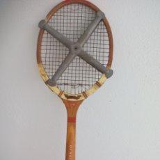 Coleccionismo deportivo: ANTIGUA RAQUETA DE TENIS DE MADERA DUNLOP MAXPLY, CON TENSOR DE ALUMINIO MARCA ZEPHYR. Lote 177084047
