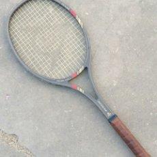 Coleccionismo deportivo: RAQUETA TENIS DUNLOP, DE MADERA. AÑOS 80.. Lote 178981227