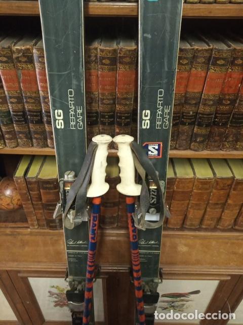 Coleccionismo deportivo: Juego de antiguos esquís con sus bastones. Tua Bora equipe. Made in Italy. Desing P. Simion. - Foto 2 - 181136662