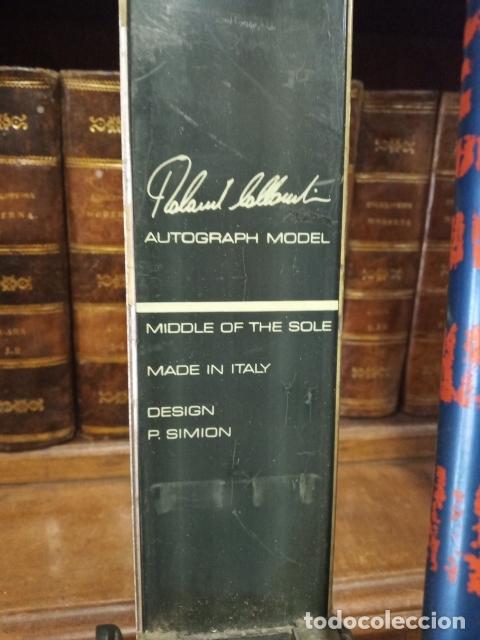 Coleccionismo deportivo: Juego de antiguos esquís con sus bastones. Tua Bora equipe. Made in Italy. Desing P. Simion. - Foto 3 - 181136662