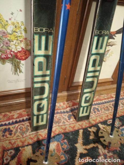 Coleccionismo deportivo: Juego de antiguos esquís con sus bastones. Tua Bora equipe. Made in Italy. Desing P. Simion. - Foto 4 - 181136662