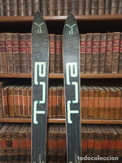 Coleccionismo deportivo: Juego de antiguos esquís con sus bastones. Tua Bora equipe. Made in Italy. Desing P. Simion. - Foto 6 - 181136662