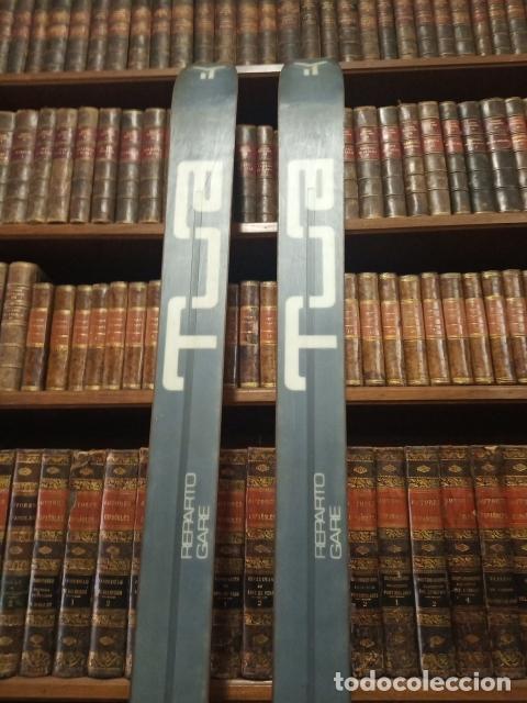 Coleccionismo deportivo: Juego de antiguos esquís con sus bastones. Tua Bora equipe. Made in Italy. Desing P. Simion. - Foto 9 - 181136662